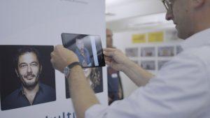 Mann testet Living Images mit Smartphone
