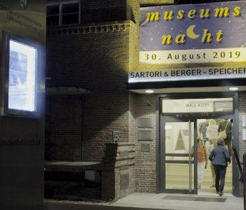Foto Eingang Landesbibliothek mit Museumsnachtbanner